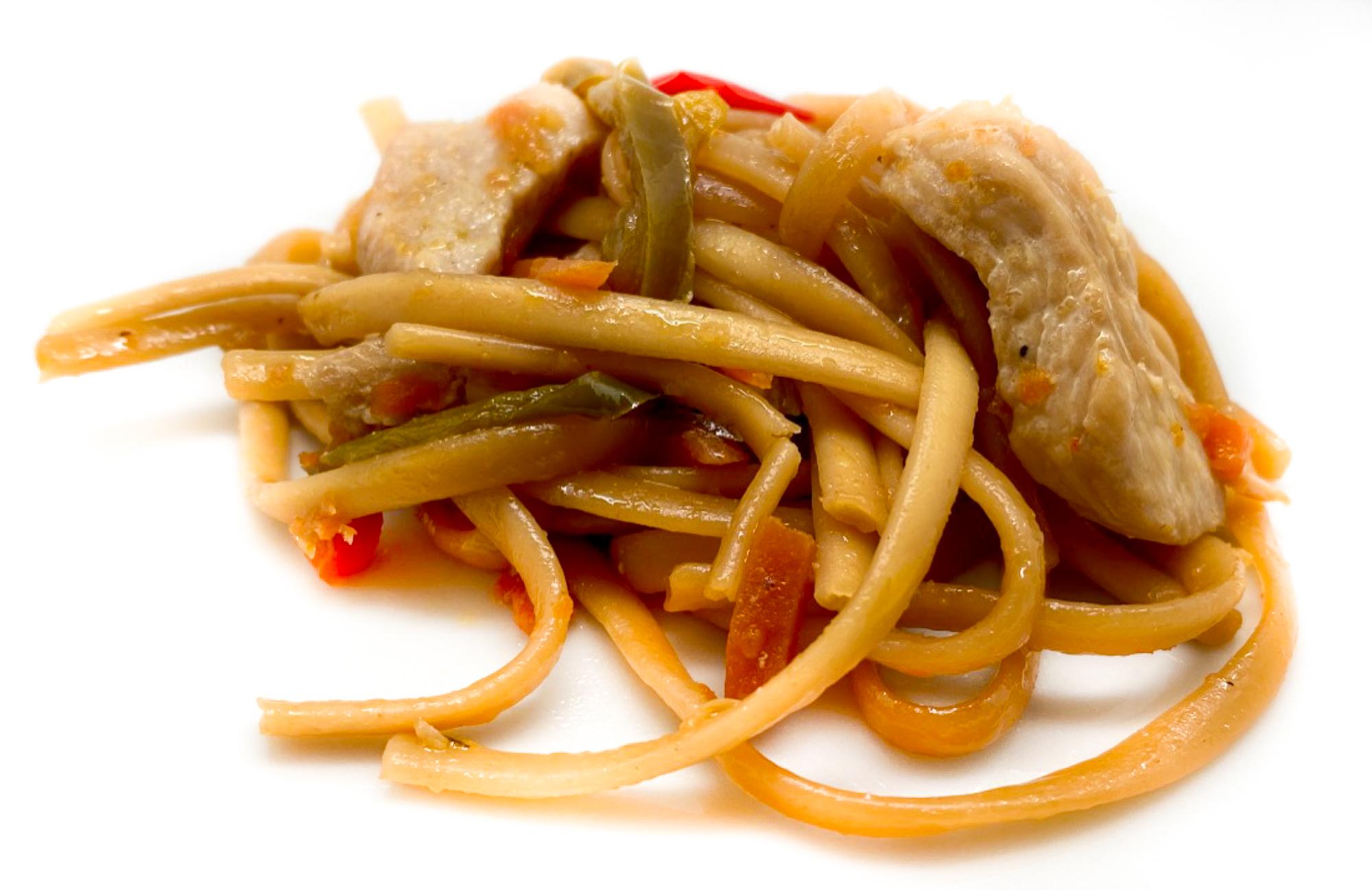 Tallarines fritos de pollo y verdura